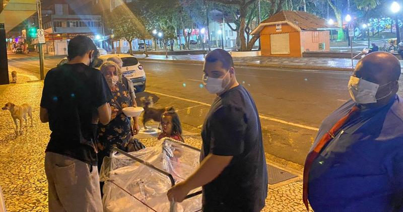 CAPÍTULO PONTA GROSSA REALIZA ENTREGA DE 70 MARMITAS PARA MORADORES DE RUA